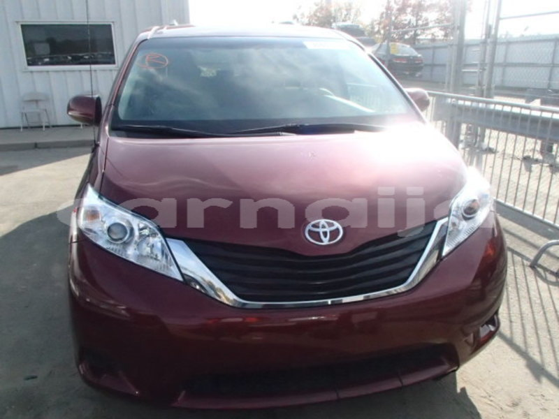 Big with watermark 2013 toyota sienna le 8