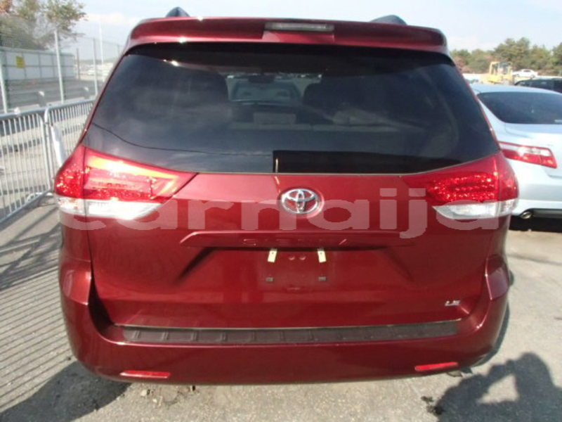 Big with watermark 2013 toyota sienna le 9