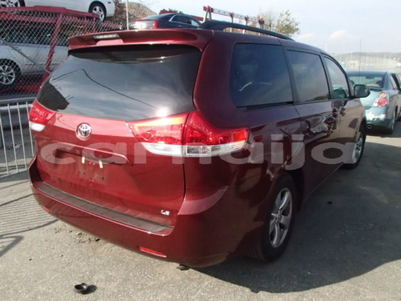 Big with watermark 2013 toyota sienna le 3
